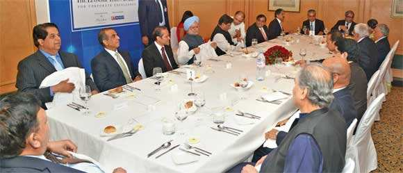 ET Awards 2012: Bond films, Twitter liven up Table talk during India Inc-PM Manmohan Singh dinner