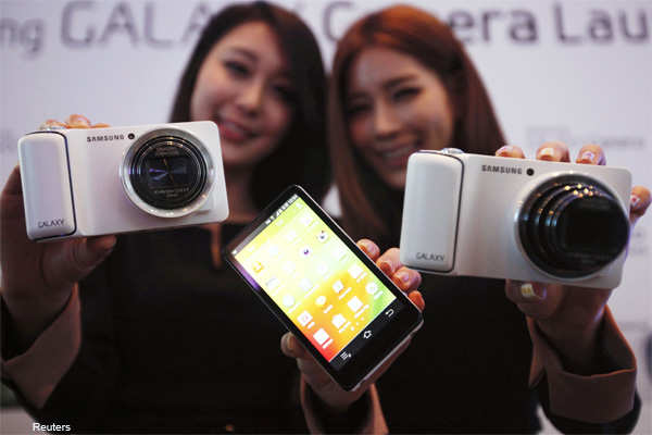 Models pose with sets of Samsung Electronics' Galaxy Camera during its launch event at the company's headquarters in Seoul November 29, 2012.
