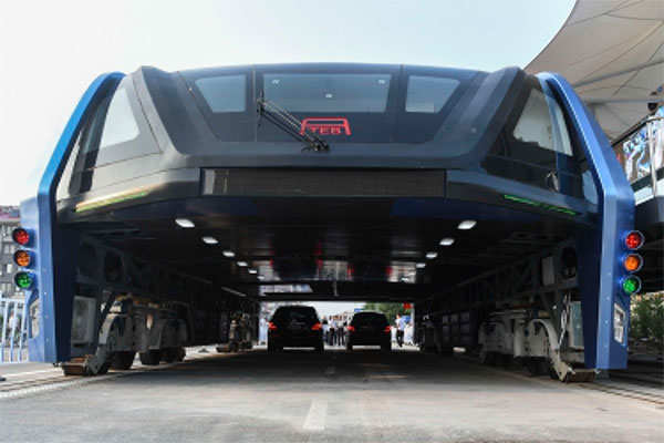 China tests straddle bus which allows cars to pass beneath