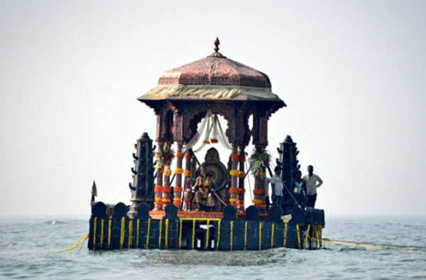 Modi takes a hovercraft to lay foundation stone for Rs 3,600 crore Shivaji memorial in Mumbaiumbai  Read more at: http://economictimes.indiatimes.com/articleshow/56154996.cms?utm_source=contentofinterest&utm_medium=text&utm_campaign=cppst