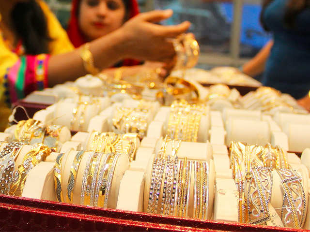 Gold prices edge higher to hold near 7-week highs on weaker dollar