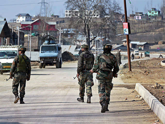 Militants attack police vehicle in Shopian district