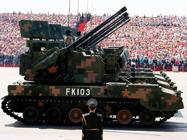 Chinese military tests battle tank in Tibet near Indian border