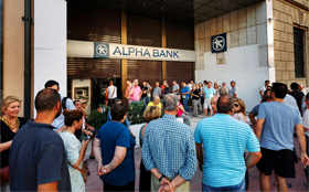 Panic in Greece: Long queues at ATMs