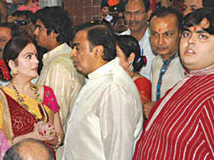 Dhirubhai Ambani's family drama ends with dandiya as Mukesh, Anil, Nita and Tina Ambani shake a leg