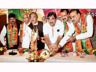 BJP president Nitin Gadkari refuses to yield BS Yeddyurappa over Karnataka leadership