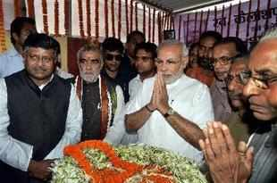 Gujarat Chief Minister Narendra Modi paying tribute to late BJP leader and former Gujarat Governor Kailashpati Mishra in Patna on Sunday. (PTI photo)