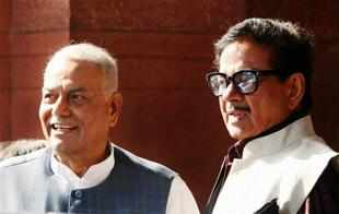 In mounting dissidence, BJP leader Shatrughan Sinha on Saturday joined Ram Jethmalani and Yashwant Sinha in demanding the resignation of party President Nitin Gadkari facing allegations of corruption.