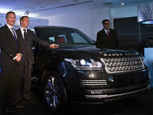 Global Brand Manager Land Rover, Scott Dickens (L), Director Studio Design Phil Simmons (C) and Vice-President Jaguar and Land Rover India, Rohit Suri (R) pose with the newly unveiled Range Rover car in New Delhi on November 30, 2012. (AFP)