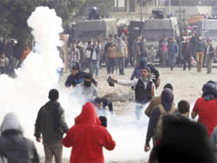 The death toll in fierce clashes in Egypt rose to 42 with over 700 injured as President Muhammed Mursi today declared emergency in riot-hit towns