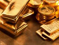 Gold prices fell by Rs 100 to Rs 30,625 per 10 grams here today due to sustained selling by stockists on sluggish demand amid a weakening global trend