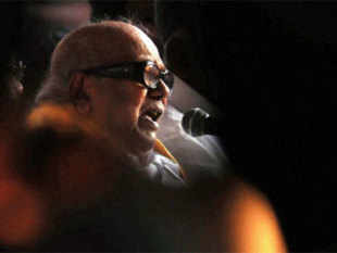 DMK President M Karunanidhi alleged that Sri Lankan police had prevented hundreds of Tamil protesters from leaving northern Vavuniya town.