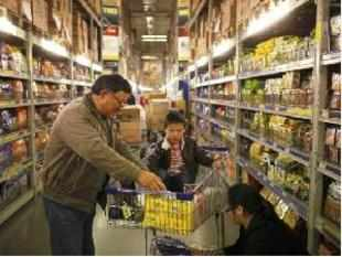 Customers shop at a supermarket in Shanghai March 8, 2013. China's annual consumer inflation quickened to 3.2 percent in February from January's 2.0 percent, data showed on Saturday.