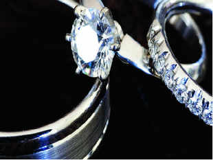We have seen women getting attracted to this precious metal all these years but it's men now who are heading to the jewellers.