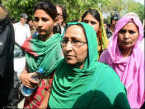 Relatives of Sarabjit Singh on their arrival at Lahore hospital on April 28, 2013. (AFP)