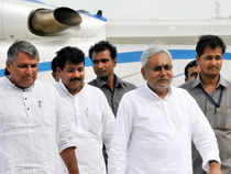 The crucial meeting of JD(U) began at Bihar Chief Minister Nitish Kumar's residence here to discuss on the decision to sever ties with BJP.