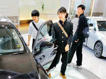 While the time needed to make a sale would be considered excessive in the US, it's normal for Chinese car dealers to entertain multiple visits from customers.