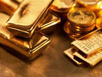 The fall in the rupee has created a neverbefore-seen price skew between gold sold in local markets and that traded on commodity futures exchanges.