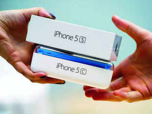 Customers are shrugging off the $99 iPhone 5c even as Apple spends heavily to advertise the handset, which is last year's model repackaged in a colored plastic case.