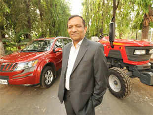 Dr Pawan Goenka, President, Automotive & Farm Equipment Sectors, Mahindra & Mahindra Ltd., along with the Mahindra XUV 500 and Mahindra 605 DI Tractor.