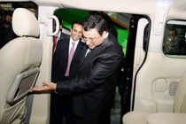 Auto Expo 2014: When Cyrus Mistry visited Ashok Leyland stall!