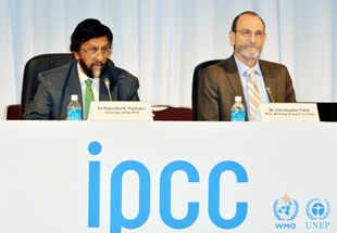 Intergovernmental panel on climate change (IPCC) chairman Rajendra Pachauri (L) and IPCC Working Group II co-chairman Chris Field.