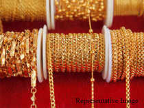 Gold prices rose byRs190 toRs30,440 per ten grams at the bullion market on Wednesday following sustained buying bystockists.