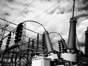 Delhi's peak demand was about 5,600 mw on Sunday, but the city's three distribution companies could supply only 5,150 mw as the damage caused to transmission networks by last month's severe storm has limited their ability to bring power from elsewhere.