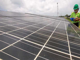 Lifetime costs of power generation fromrenewables, in particular solar panels, are seen dropping by 2020, making them increasingly competitive against more established technologies, the International Energy Agency (IEA) said.