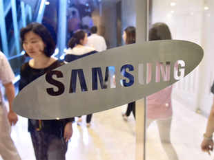 Samsung Electronics Co Ltd said on Thursday it will mass produce Qualcomm Inc's new Snapdragon 820 mobile processors.