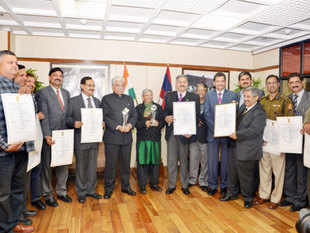 Delhi Police Commissioner BS Bassi with awardees during presentation of National Award for e-Governance. Delhi Police won two awards, for its Mobile Traffic App and its Lost Report application where nearly seven lakh people lodged online complaints of their lost goods.