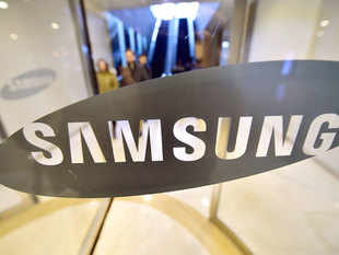Samsung may join Apple in applying for a singlebrand retail licence as the South Korean electronics giant looks to strengthen its presence in a crucial market, said executives aware of the matter.