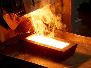 China's annual output of the metal fell for the first time in 2015 due to lower prices in the global gold market, according to latest industry figures.