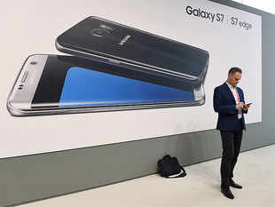 To take on Samsung, Apple has told dealers that it will have additional consumer promotion and is considering reducing prices on some models.
