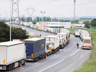 Logistics firm Rivigo to treble  truck fleet to 3000 unit, banks on driver relay system - Economic Times