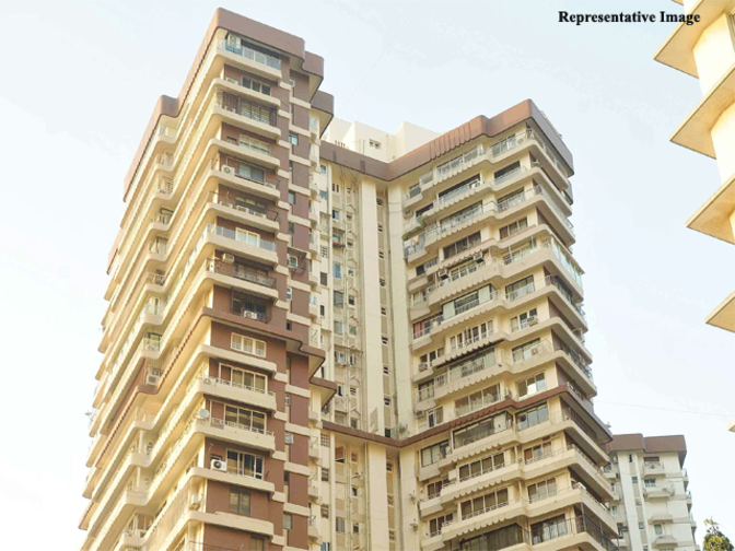 Mumbai fire breaks out in residential apartment at cuffe for Jolly maker apartments cuffe parade