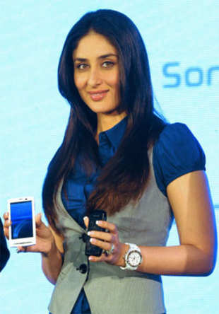 Kareena launches Sony Ericsson Xperia X10 phones