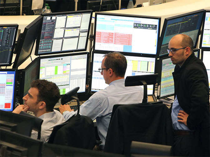 European shares head lower for 4th day, banks lead losses