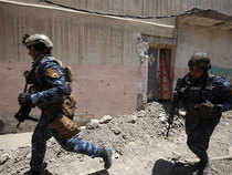 Iraqi forces advance towards Mosul's Old City on June 18, 2017, during the ongoing offensive by Iraqi forces to retake the last district still held by the Islamic State group.