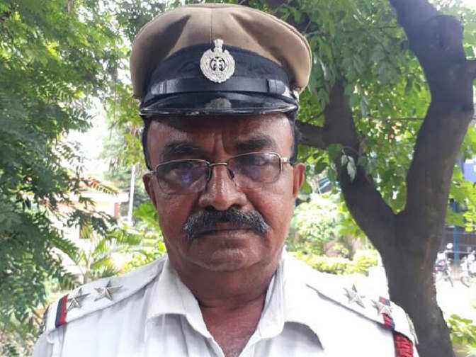 Bengaluru traffic police cop stops President's convoy to make way for ambulance, wins hearts
