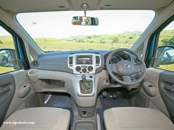 Nissan Evalia vs Toyota Innova dashboard Evalia