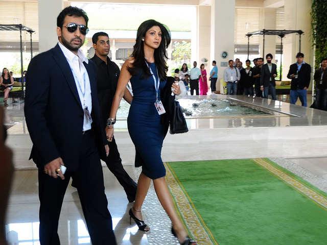 Bouncers Beat Photographers clicking Shilpa Shetty & Raj Kundra's Photos