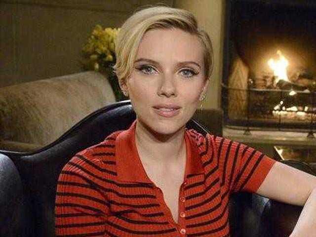 It's official! Scarlett Johansson is single now