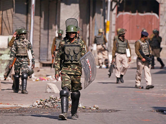 Restrictions imposed in parts of Srinagar to foil separatists' thumbnail