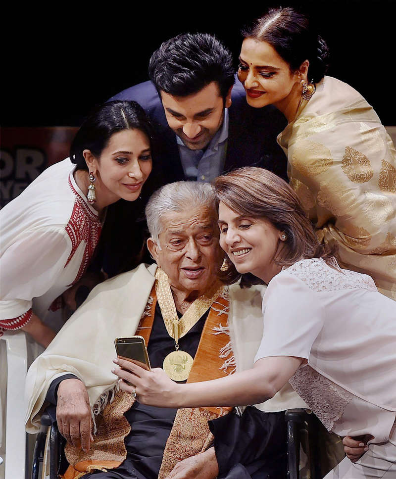 Shashi Kapoor cremated with state honours in Mumbai