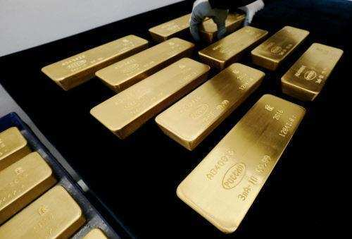 Gold hits 4-month low, slips Rs 180 on overseas trend thumbnail