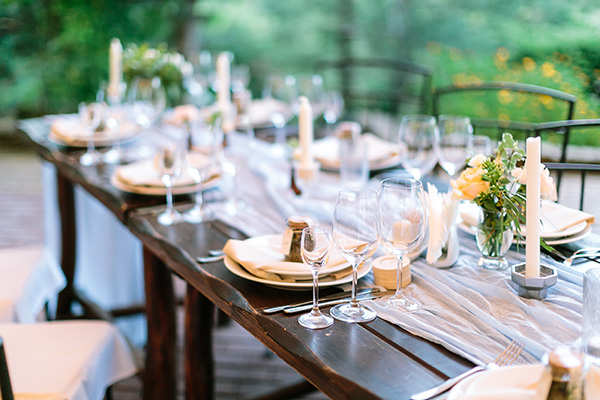 Want to host a classy Christmas bash? Pro tips to set the perfect table