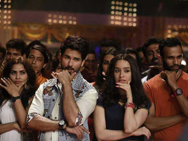 Shahid Kapoor Batti Gul Meter Chalu Review Watch The Film To Witness The Camaraderie Between Shahid Kapoor Shraddha Kapoor Divyendu Sharma The Economic Times