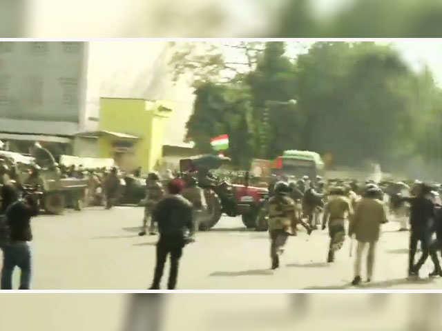 किसान रैली: पुलिस कर्मियों पर ट्रैक्टर चलाने की कोशिश कर रहे हिंसक  प्रदर्शनकारी