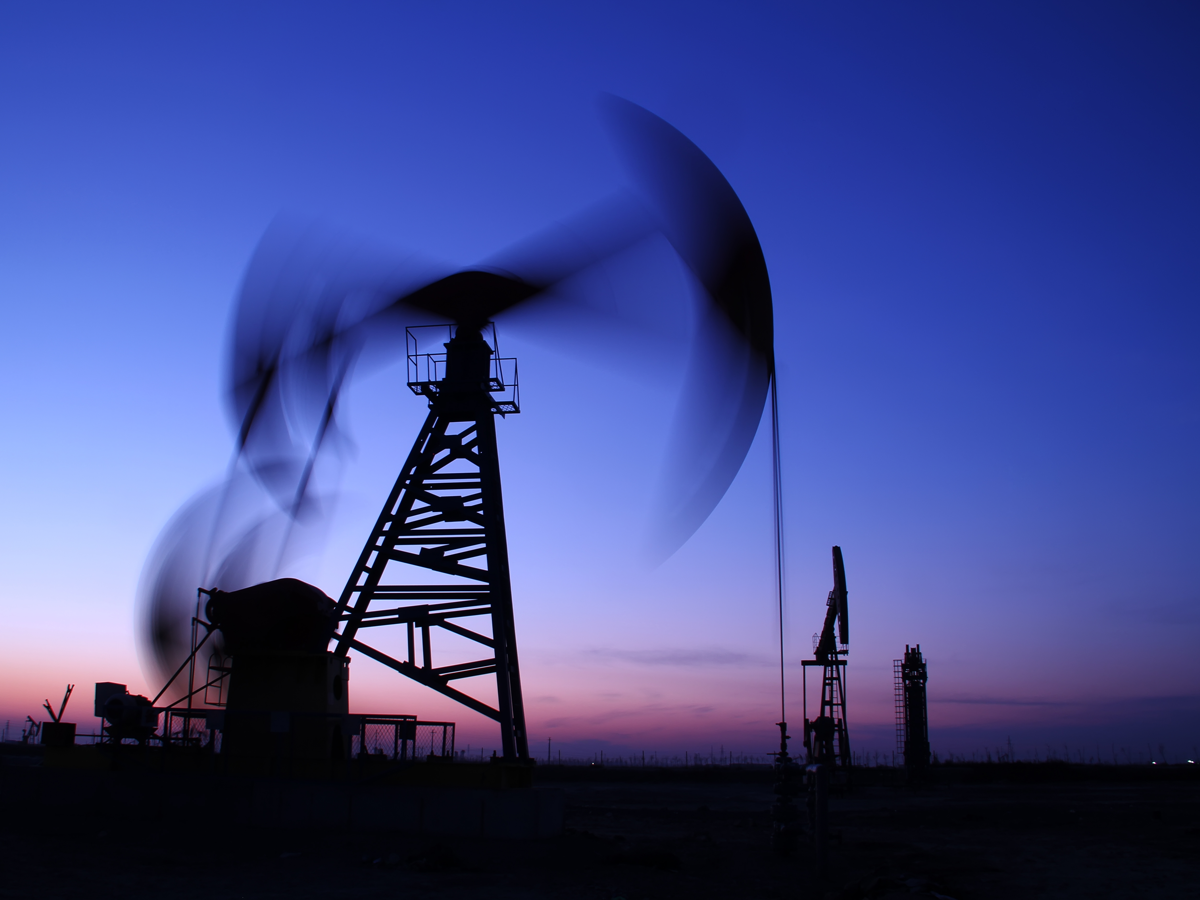 Oil falls as storm-hit US supply trickles back into market